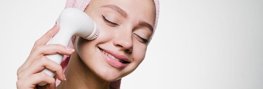 Utiliser une brosse nettoyante pour un gommage parfait