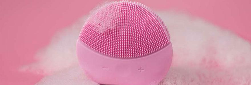 Utiliser une brosse nettoyante visage
